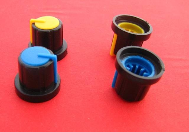 Gałka potencjometru czarno-niebieska 17,5mm
